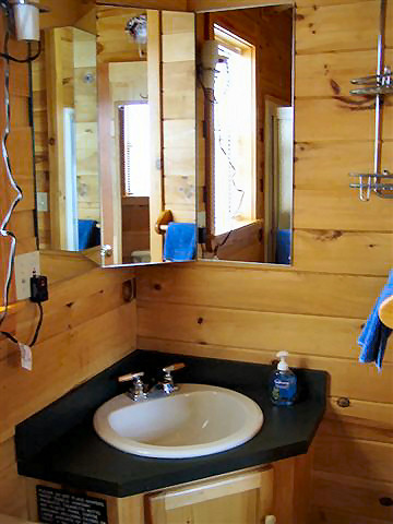 Rendenzvous Cabin: Full Bathroom