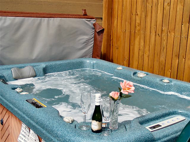 Rendenzvous Cabin: Privacy deck with hot tub. (ADULTS ONLY)